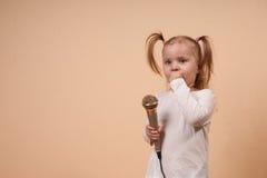 Menina com microfone Foto de Stock Royalty Free