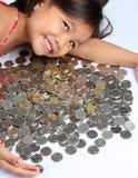 Menina com moedas do peso Fotografia de Stock Royalty Free