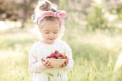 Menina com morango imagens de stock royalty free
