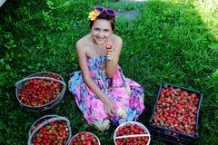 Menina com morangos Fotografia de Stock