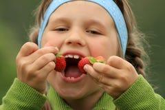 Menina com morangos Imagens de Stock