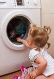 Menina com máquina de lavar Imagem de Stock