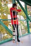 Menina com muletas e molde Imagens de Stock Royalty Free
