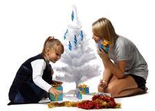 A menina com mum decora uma árvore de Natal Imagem de Stock
