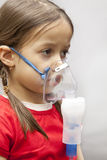 Menina com nebulizer Foto de Stock Royalty Free