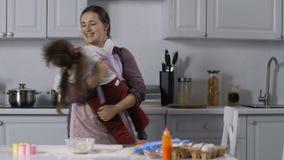 Menina com necessidades especiais que aprecia o tempo com mãe video estoque