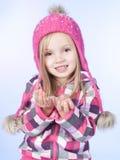 Menina com neve nas mãos, fundo azul imagens de stock royalty free