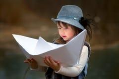 Menina com o barco de papel grande Imagens de Stock