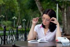 Menina com o bloco de notas no café Imagem de Stock Royalty Free
