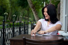 Menina com o bloco de notas no café Fotos de Stock