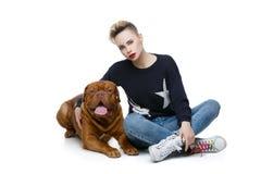 Menina com o cão marrom grande fotografia de stock