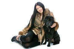Menina com o cão shar preto do pei fotos de stock royalty free