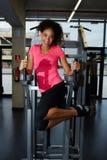 Menina com o cabelo afro que dá certo com seus músculos abdominais para a figura bonita Imagem de Stock