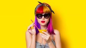 Menina com o cabelo roxo que guarda o cocktail da limonada fotografia de stock royalty free