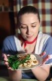 Menina com o calamary grelhado no prato fotos de stock