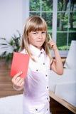 Menina com o cartão vermelho imagens de stock royalty free