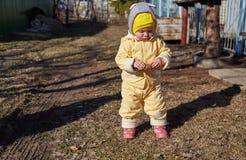 A menina com o cone na caminhada imagens de stock