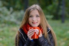 Menina com o copo do chá Foto de Stock Royalty Free