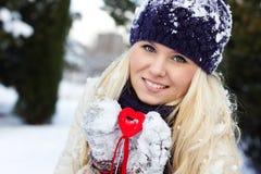 Menina com o coração vermelho Imagem de Stock
