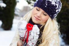Menina com o coração vermelho Fotografia de Stock