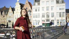 Menina com o doce tradicional de Bélgica video estoque
