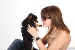 A menina com o doggie Imagens de Stock