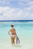 A menina com o equipamento para o mergulho autônomo Fotos de Stock