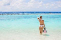 A menina com o equipamento para o mergulho autônomo Imagens de Stock