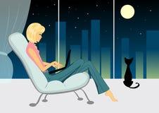 Menina com o gato na noite Fotos de Stock Royalty Free