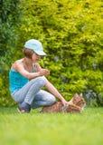 Menina com o gato no parque Fotos de Stock Royalty Free