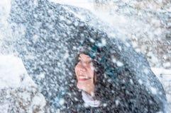 Menina com o guarda-chuva na neve Imagens de Stock Royalty Free