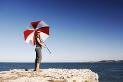 Menina com o guarda-chuva na praia imagens de stock royalty free