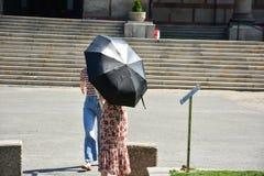 Menina com o guarda-chuva no parque fotos de stock