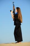 Menina com o injetor na areia Imagem de Stock Royalty Free