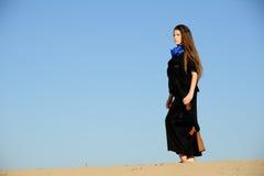 Menina com o injetor na areia Fotografia de Stock Royalty Free