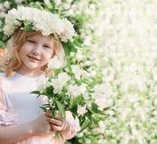 Menina com o jasmim exterior Fotografia de Stock Royalty Free