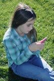Menina com o jogador de música do telefone Fotografia de Stock Royalty Free