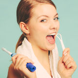 Menina com o líquido de limpeza da escova e da língua fotografia de stock