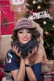 Menina com o lenço e o chapéu Fotos de Stock
