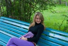 Menina com o lenço no banco Foto de Stock Royalty Free