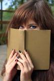 Menina com o livro Imagens de Stock Royalty Free