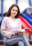 A menina com o livro imagem de stock