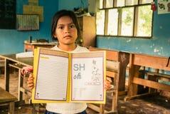 Menina com o livro de exercício em Bolívia Fotos de Stock Royalty Free