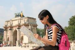 Menina com o mapa em Paris Imagem de Stock