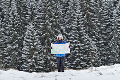 Menina com o mapa nas montanhas Fotos de Stock