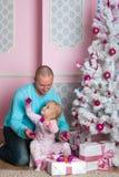 A menina com o pai imagens de stock royalty free
