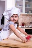 Menina com o plugger na cozinha Foto de Stock Royalty Free