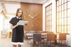 Menina com o portátil na cafetaria Foto de Stock Royalty Free