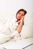 Menina com o portátil na cama Fotos de Stock Royalty Free