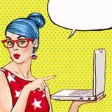 Menina com o portátil na mão no estilo cômico Mulher com caderno Menina que mostra o portátil Menina nos vidros Menina do moderno Imagens de Stock Royalty Free